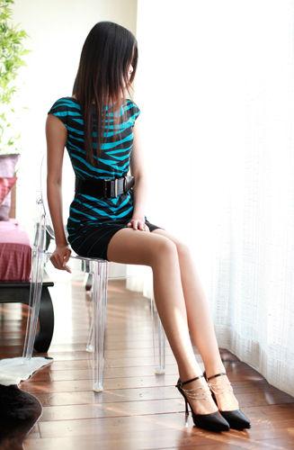 細身のお姉さんの伸びた美しい脚(足)