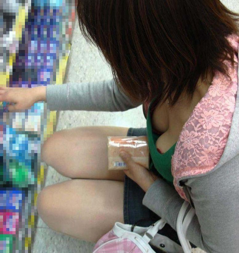腰をかがめて商品を見るお姉さんから赤いブラジャーが見えた
