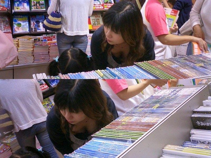 本屋に来た子連れのお母さんの胸チラ