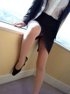 スーツから見える足はエロい