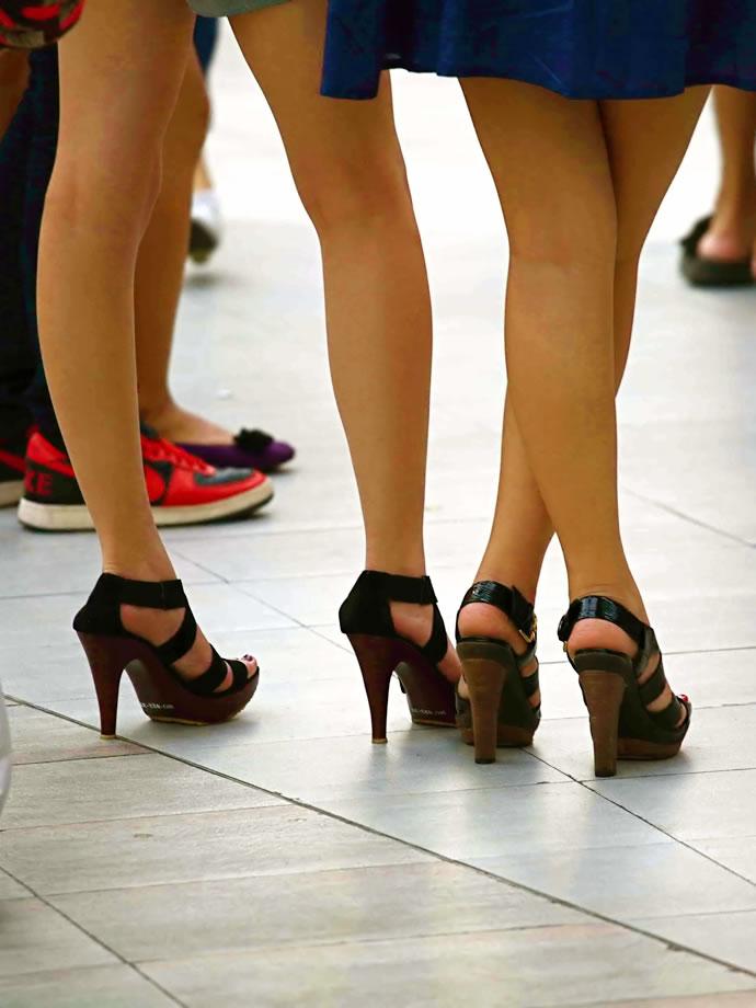 ハイヒールを履いたキレイな脚のお姉さん方