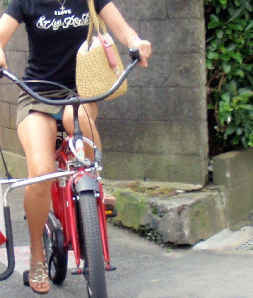 チャリンコに乗る女のパンチラ
