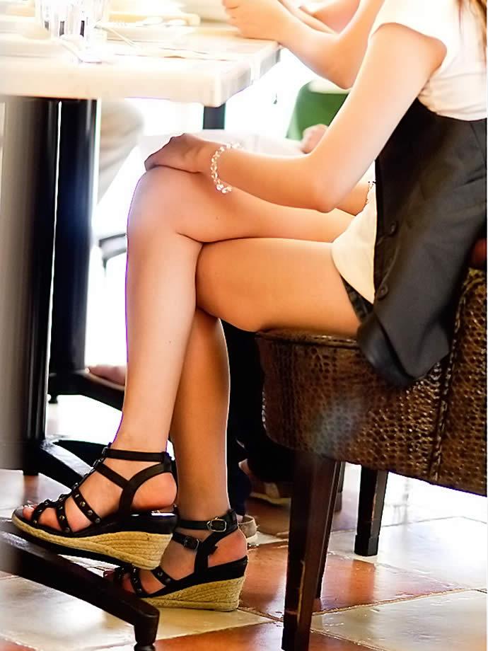 椅子に座っている女の脚がすごくエロい