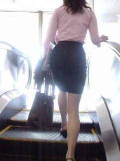 少し短めのタイトスカートを履いたOLを盗撮。後ろから見る脚、尻はどうしてこんなにエロいのか