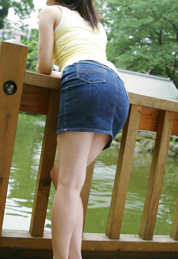 少しお尻を突き出した格好で風景を楽しむミニスカ女子