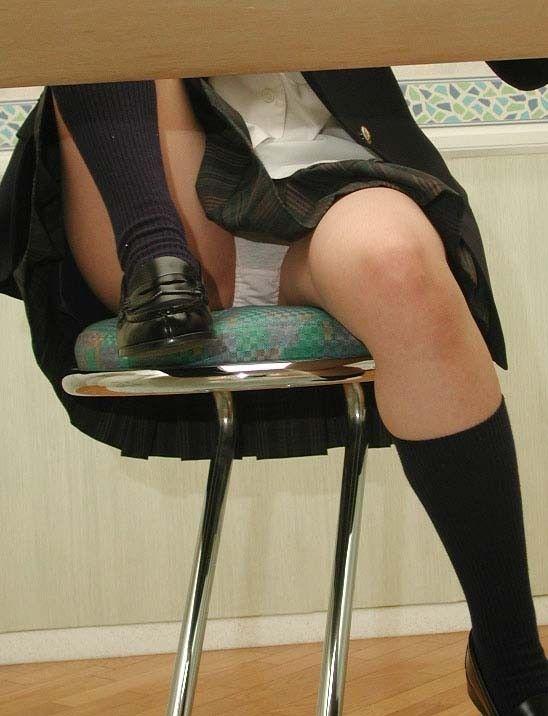 膝を立てて椅子に座る女高生のパンチラ
