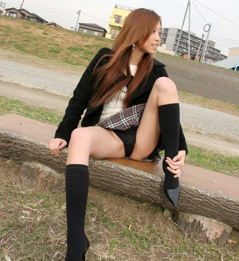行儀の悪い座り方をする女の子