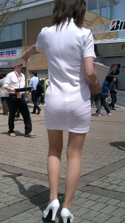 キレイな脚のミニスカートお姉さんはパンティも透けている
