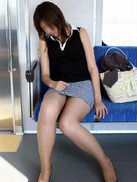 電車で寝ているミニスカのお姉さん