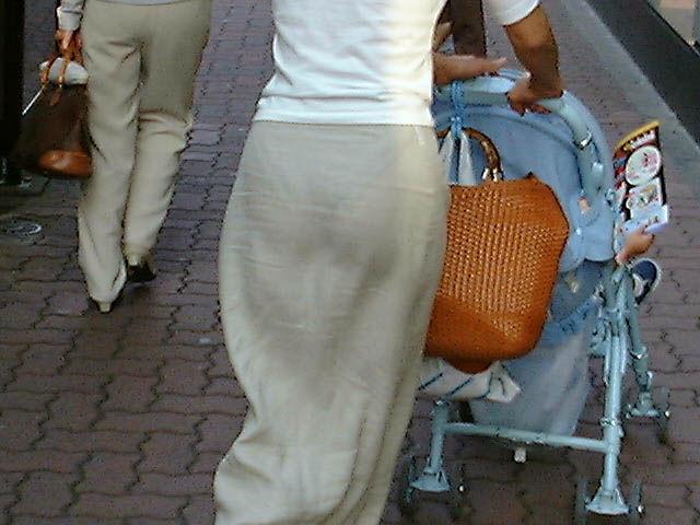 ベビーカーをひくママさんのスカートから透けたお尻