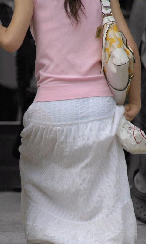 白いスカートを履いてパンツが透けている画像