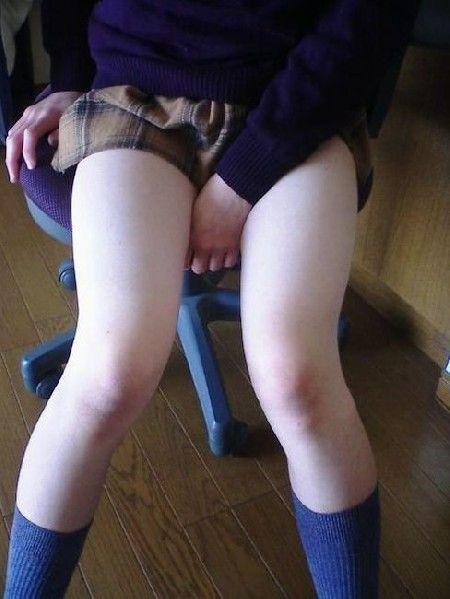 女子高生の細い脚