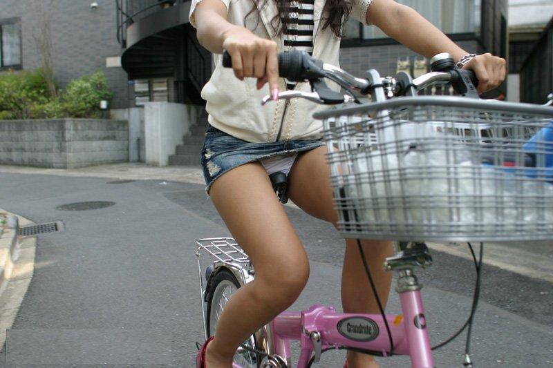 ミニスカートで自転車に乗ってる女