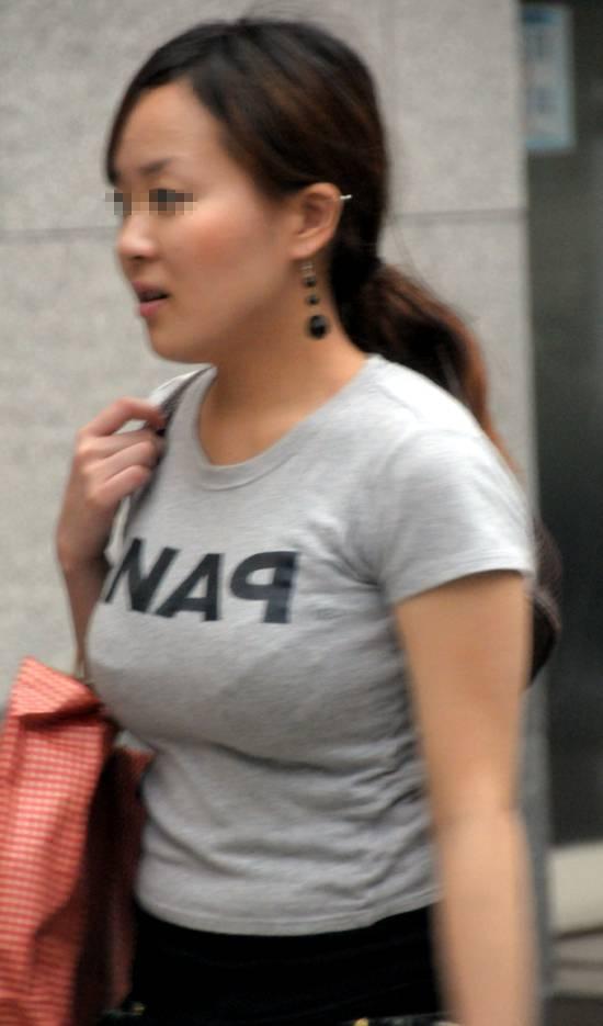 むっちりボディに興奮してしまうTシャツ姿の女