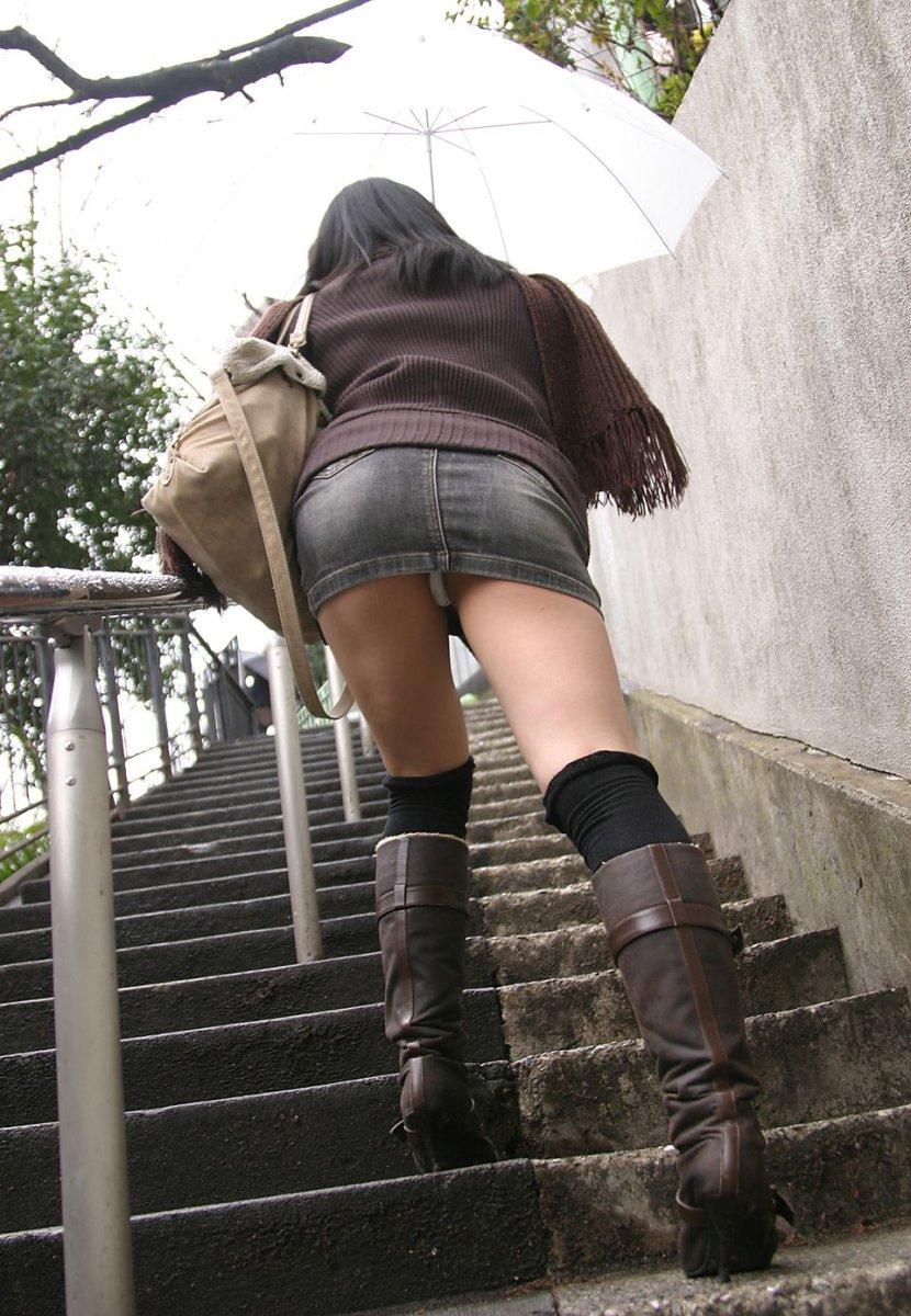 ミニスカート娘を階段の下から見るとパンツが見えた