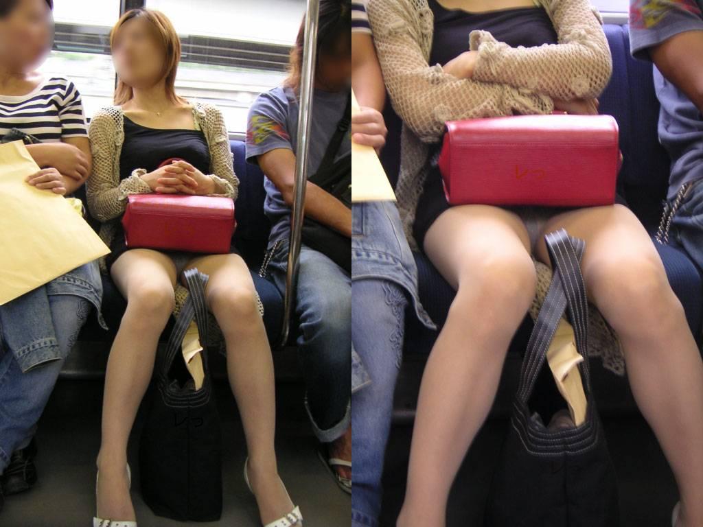 男と電車に乗る女のパンチラ