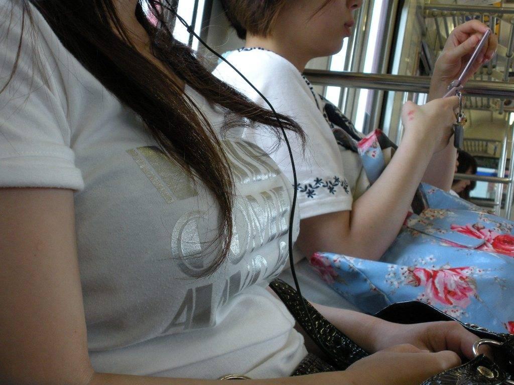 電車に乗っている女の子のおっぱい