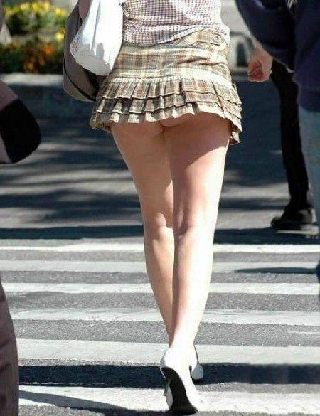 スカートが短すぎてお尻のワレメが見えちゃってる