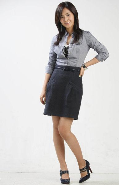 モデルのお姉さんのスカート姿で美しい脚に見とれる