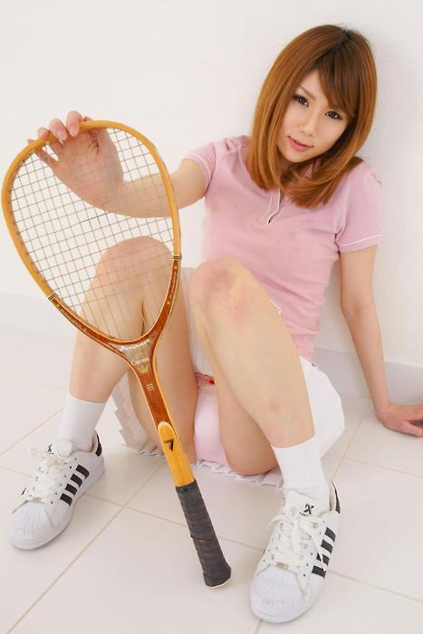 座り込むテニスウエアのお姉さん