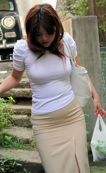 むっちりしたボディラインがくっきり見える服を着たお姉さん
