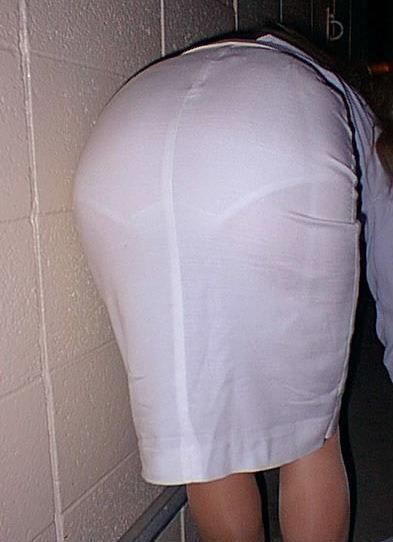 パンツ透け透けのスカートを履いたお姉さん