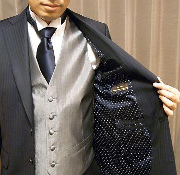 シャドウストライプのスーツですと、お仕事、また柄や光沢の程度にもよりますが、普段のビジネスでも使えることが多いです。  一見すると無地っぽくも見えるからです。