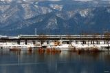 雪の貫川内湖を行く「サンダーバード」