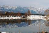 雪の貫川内湖を行く「トワイライトエクスプレス」