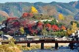 紅葉の城山公園をバックに走るキハ120形