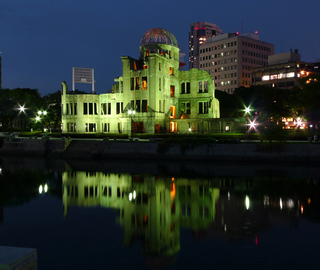 広島平和記念資料館と原爆ドーム