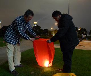 上海で過ごす大晦日の夜。外灘から『许愿灯(xuyuandeng)』を飛ばす。