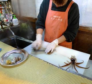 函館朝市駅二商業協同組合「えきに市場」のいか釣堀でイカを釣る @函館