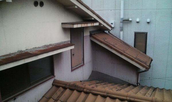 高所ドアを横から撮影してみたのですが、ドアの先は見事に屋根。
