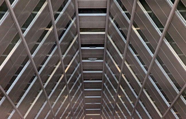 これは「新宿住友ビル」(地上52階、高さ210m)の吹き抜け