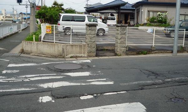 何の変哲もない歩道が、この門柱のおかげでずいぶんと難しい道路に