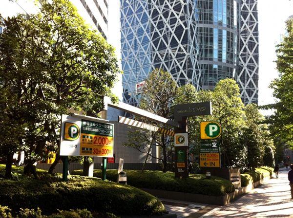 新宿エルタワーと東京モード学園が並ぶ通り