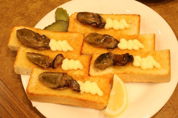 オイスター(牡蠣)の燻製をのせたトースト