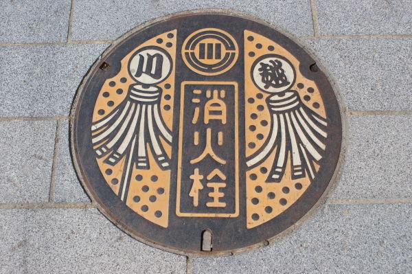 川越市の消火栓の蓋 小江戸と呼ばれる町らしく纏のデザイン(2008年6月撮影)