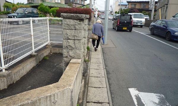 市民の方々が普通に通行するなんだかさっぱり意味がわからない門柱
