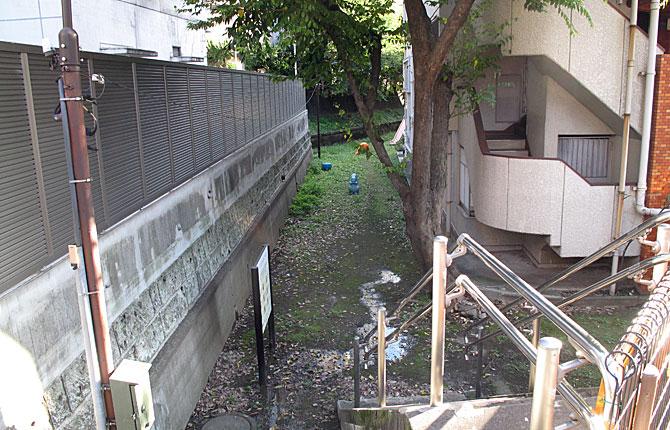 下流の暗渠上は大京町遊び場や資材置き場