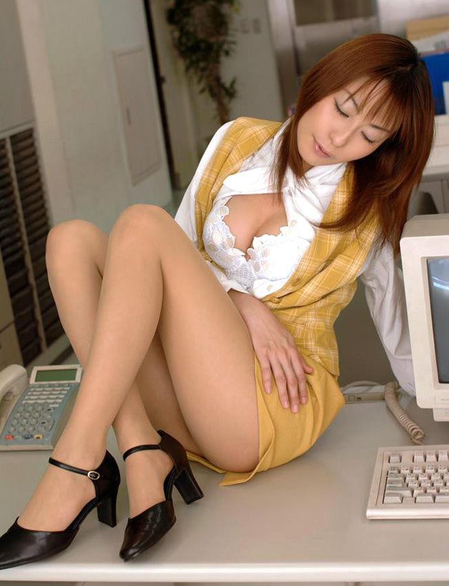 机の上に座る美乳OL