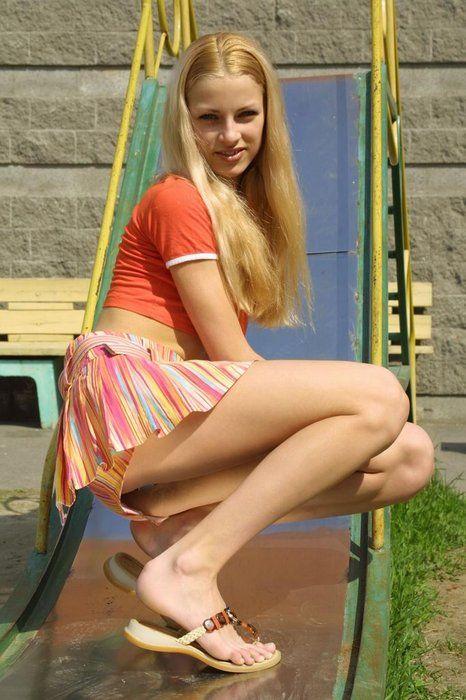 チアガール風の美女は美脚の持ち主