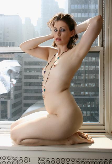 窓際で正座して綺麗な脇を見せる裸の金髪外国人