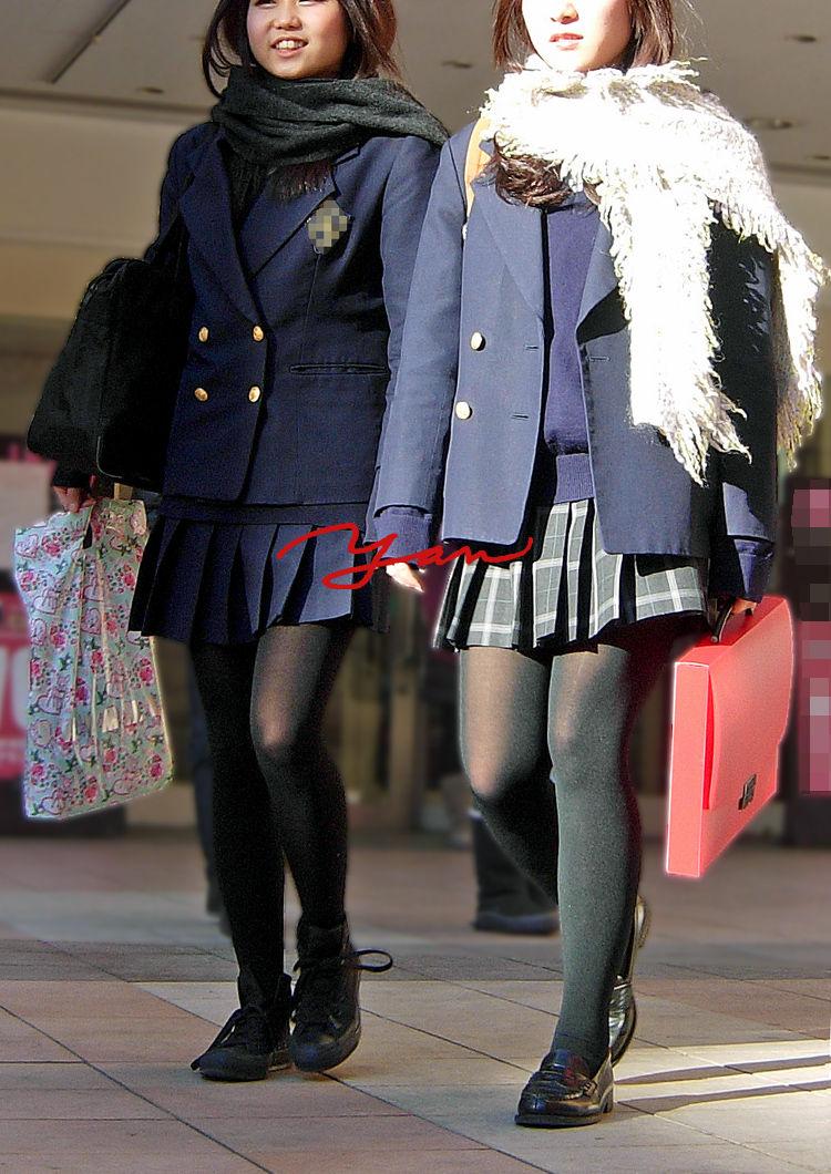 黒ストッキングを履いた女子高生