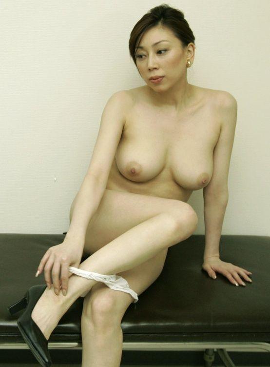 裸になるむっちり巨乳美熟女