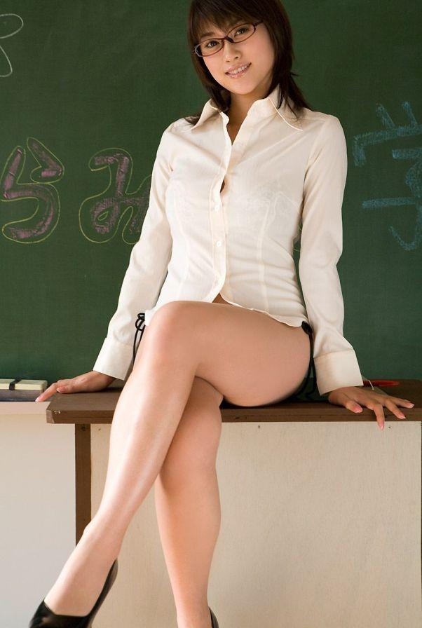 さすりたくなる美脚の女教師
