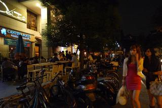 中国・上海 ユニクロ世界最大旗艦店「上海南京西路店」