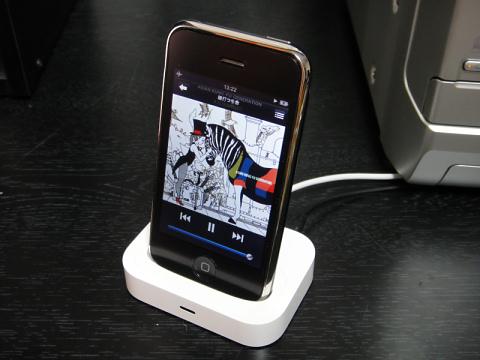 iPhone 3Gを接続。ドックアダプタは純正品を使用。