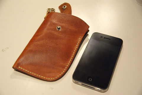 サイズは若干余裕があり、iPhone 4以外にも3Gや3GSも入る。